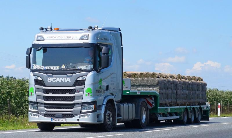 transport trawy z rolki
